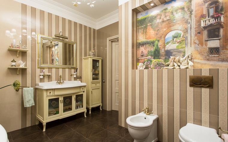 Интерьер ванной комнаты с полосатыми стенами