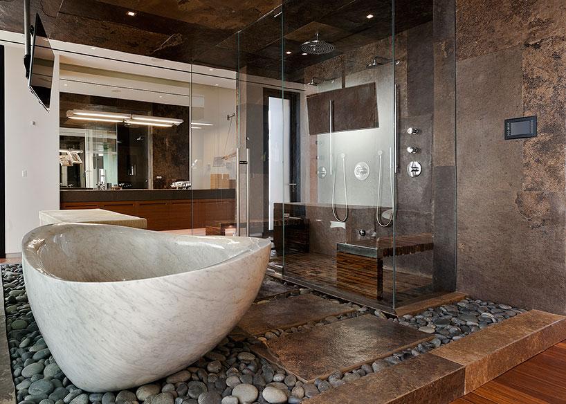 Красивая мраморная ванна в интерьере