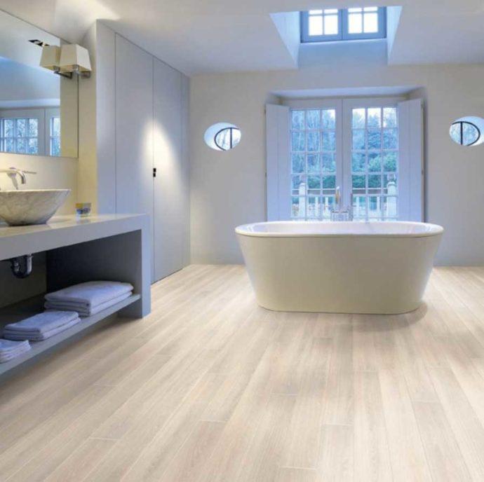 Ламинат светлого оттенка на полу в ванной комнате