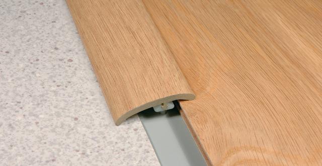 Для соединения досок с порогом или с другим видом покрытия пола (керамическая плитка, линолеум и др.) необходимо использовать накладные полосы