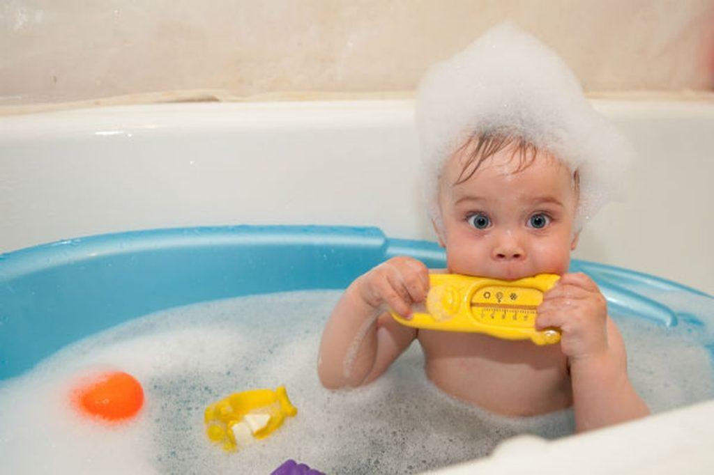 Детская ванночка прекрасно помещается в ванну