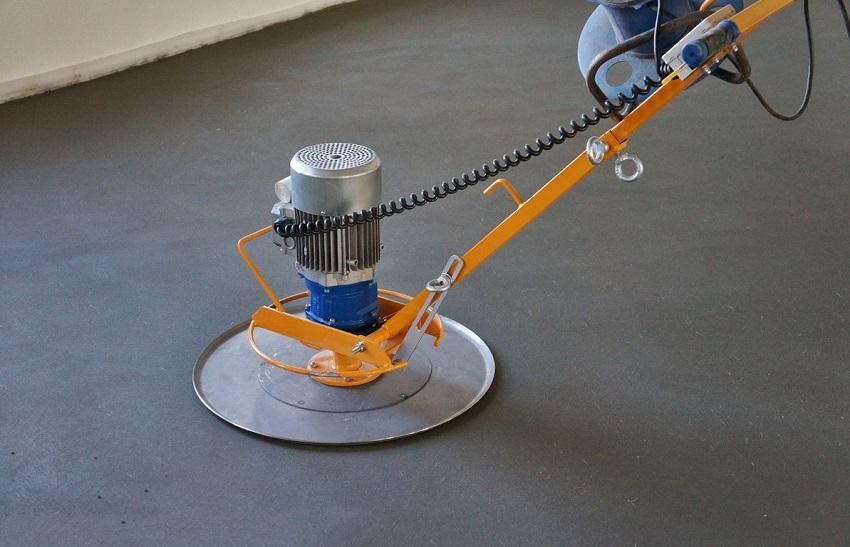Использование затирочной машины при полусухой стяжке позволяет получить идеально ровную гладкую поверхность