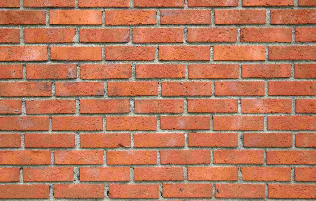 Кирпичные стены нуждаются в отделке
