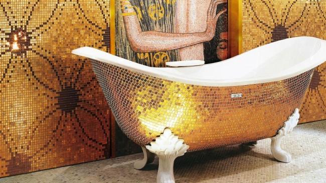 Наружная отделка ванны золотистой мозаикой