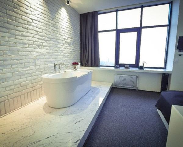 Покрашенная кирпичная стена в ванной