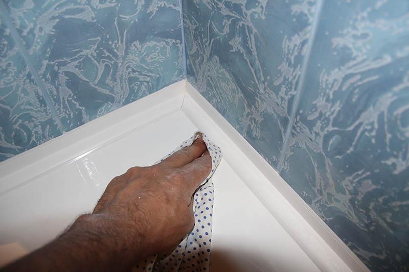 Установленный пластиковый уголок после снятия монтажной ленты