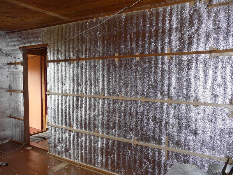 Закрепленная изоляция и смонтированные поверх нее рейки обрешетки