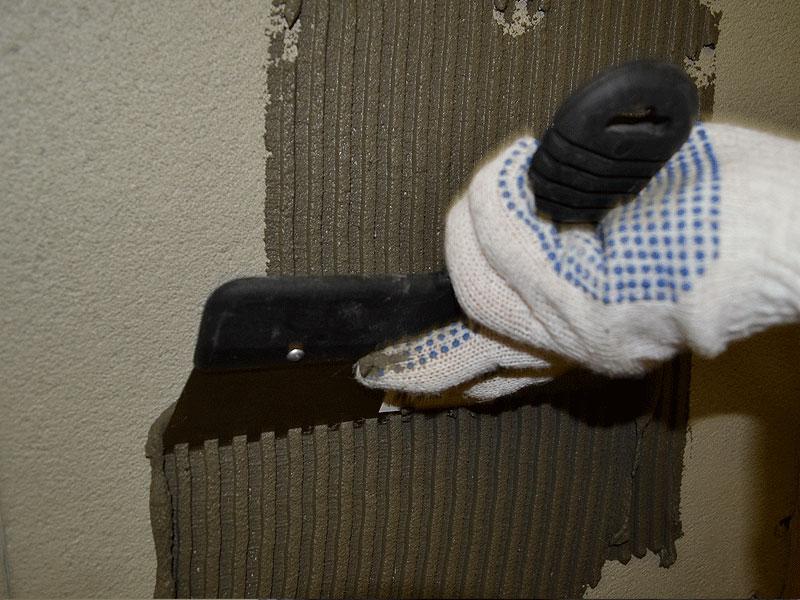 Нанесение клеевого состава на стену