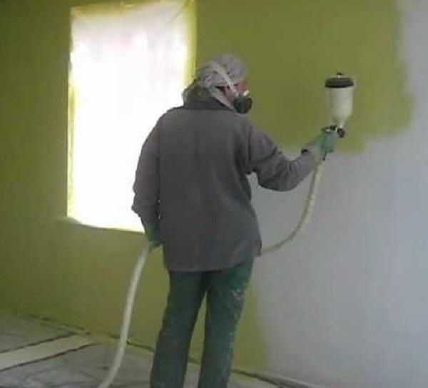 Нанесение жидких обоев распылителем