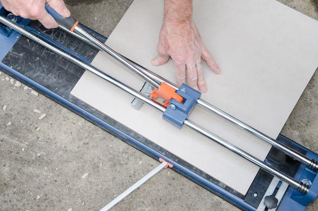 Однотонную плитку резать очень удобно