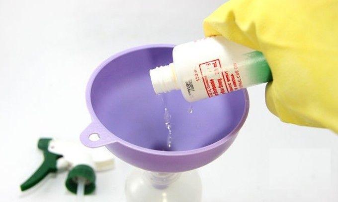 Переливаем жидкость в бутылку