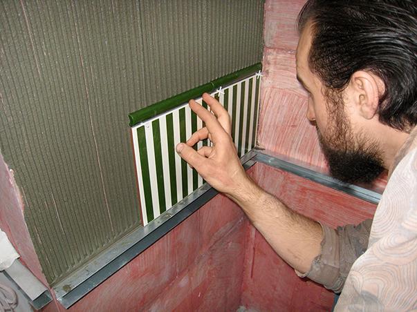 Плитку не следует сильно прижимать, чтобы клей не полез через швы