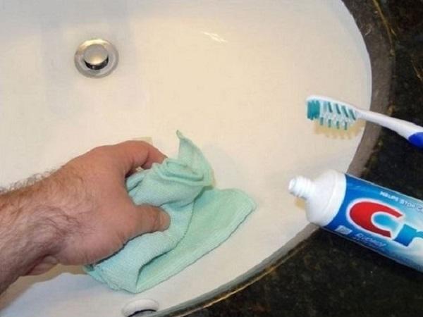 Почистить ванну можно зубной пастой