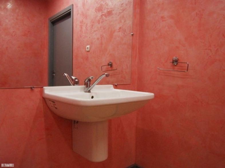 Розовая штукатурка в ванной комнате