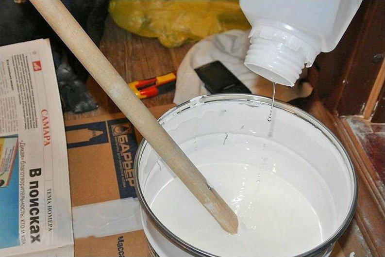 Смешиваем компоненты краски согласно инструкции