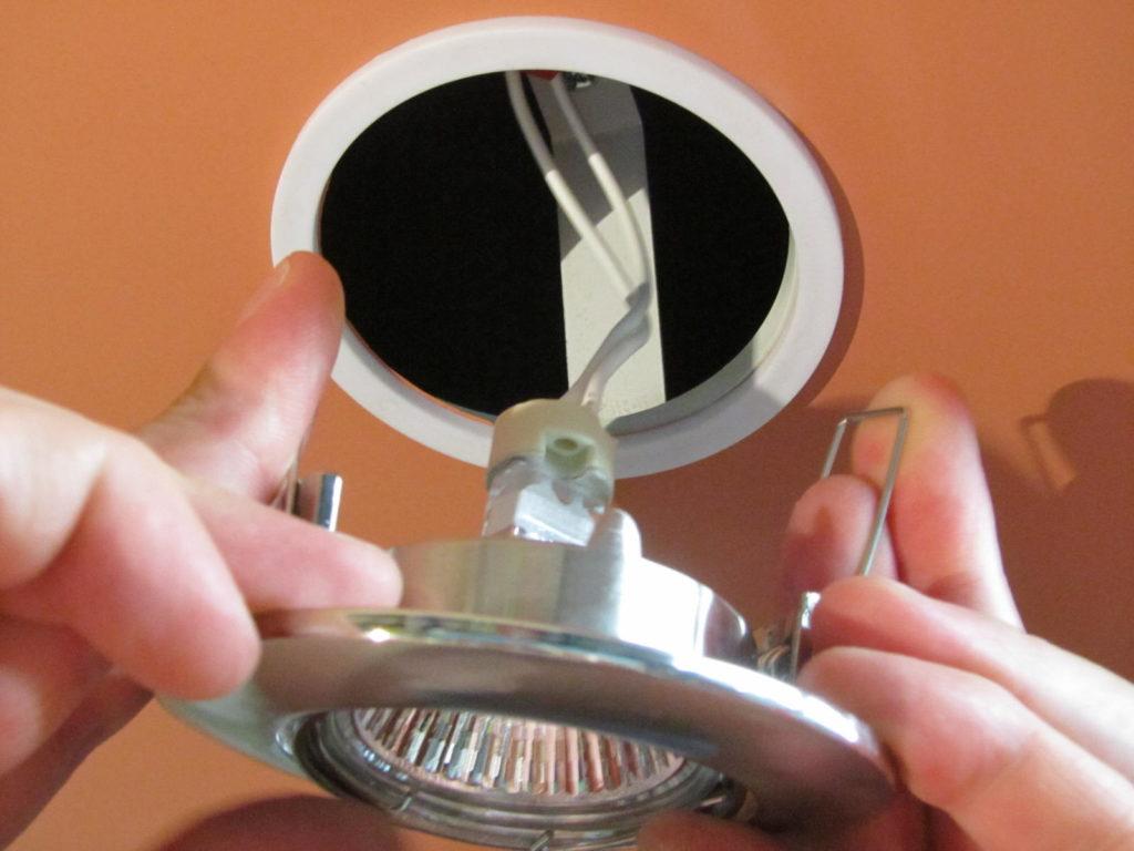 Установка светильников в пластиковый потолок