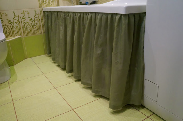 Занавеска с оборками под бортиком ванны