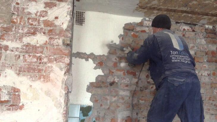 Демонтажные работы по сбивке старой штукатурки