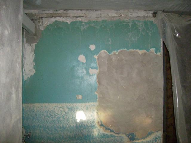 Если краска на стены нанесена давно, химия с ней не справится