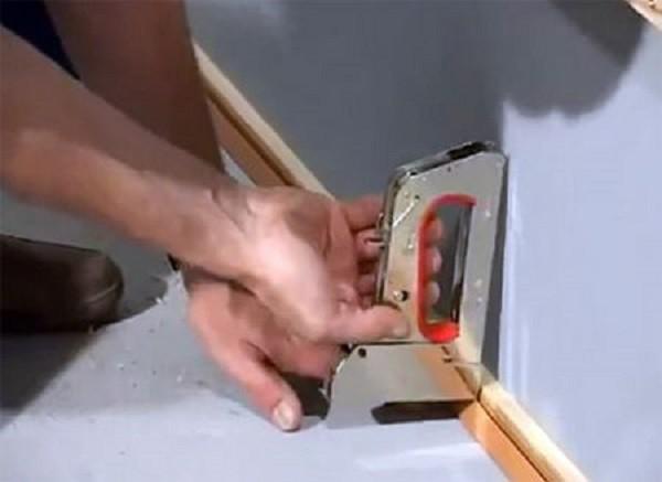 Крепление стартового профиля степлером