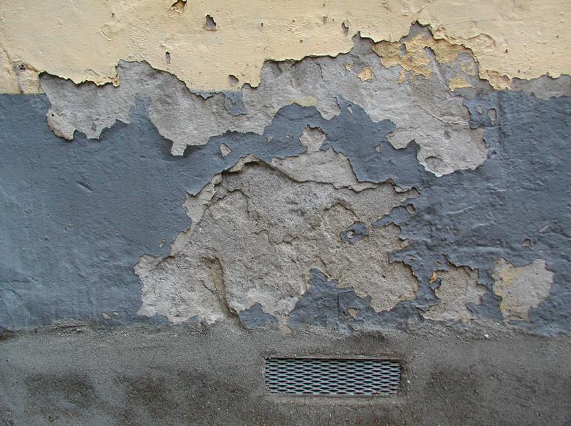 Крупные выбоины можно заделать цементным раствором или шпаклевкой