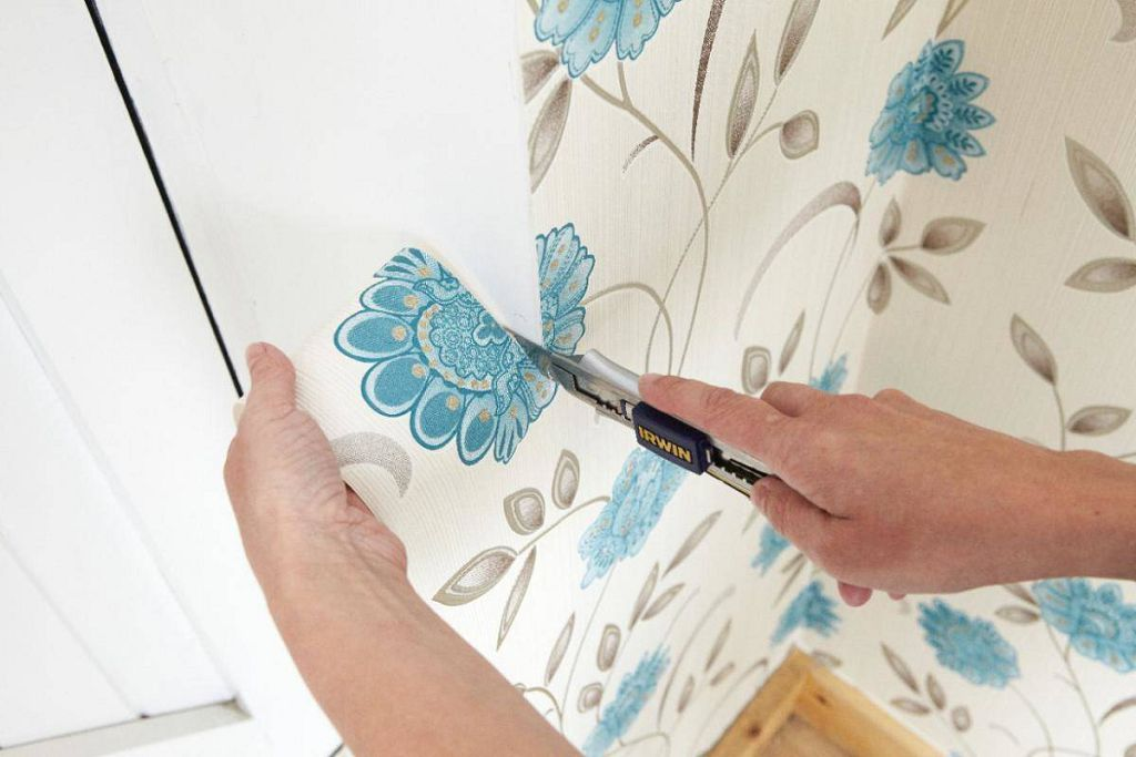 Следующую полосу также приклейте поверх рамы, разровняйте и обрежьте остатки снизу
