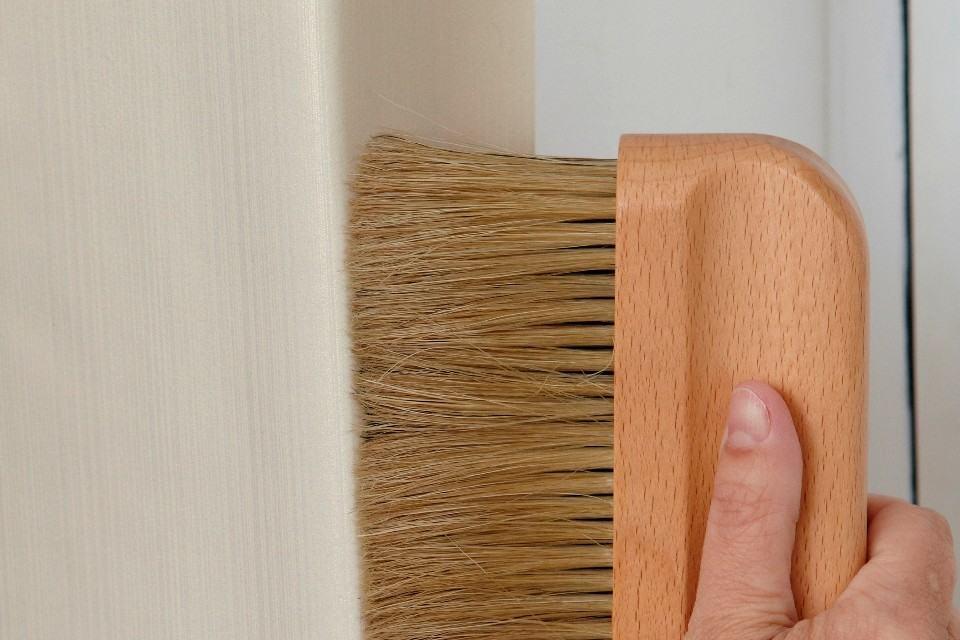 Во внутренних углах одну полосу наклейте так, чтобы она перекрывала угол на 1-2 см