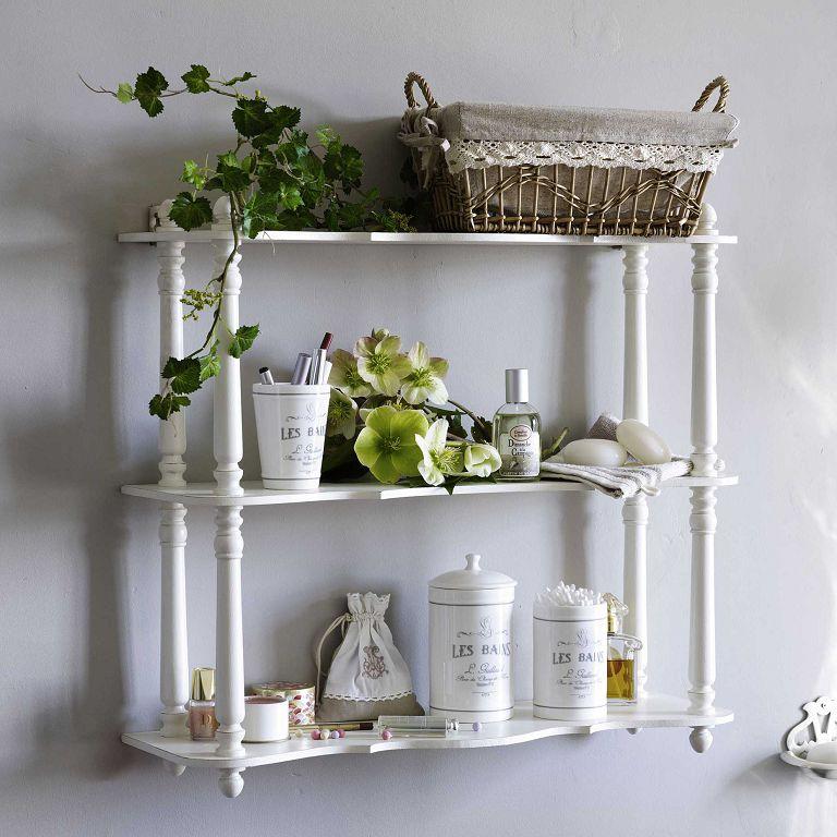 Белая деревянная этажерка украшает ванную комнату в стиле прованс