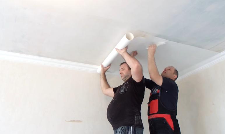 Клеить обои на потолок удобнее вдвоем