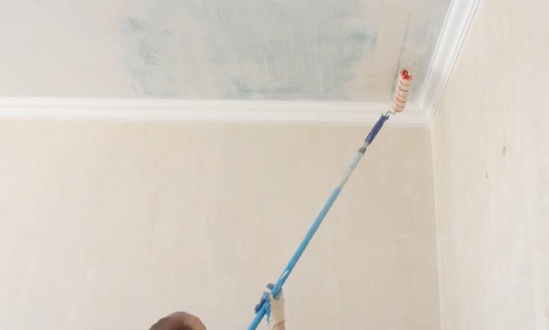 Нанесение клея на потолок валиком