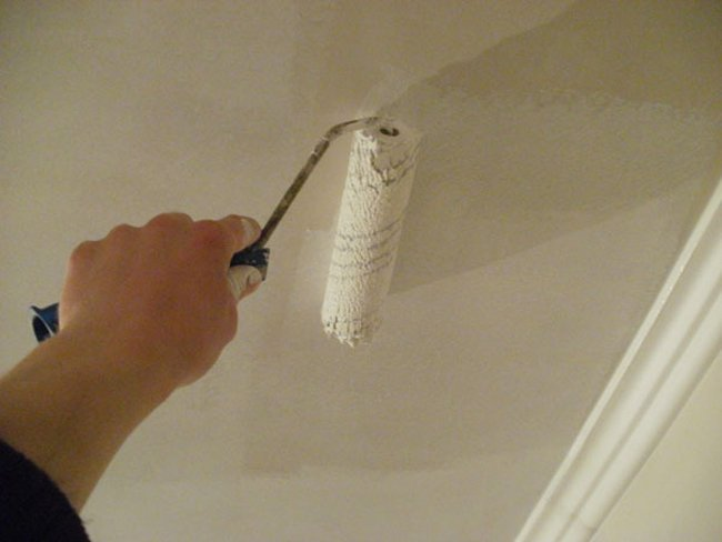 Окрашивание потолка валиком