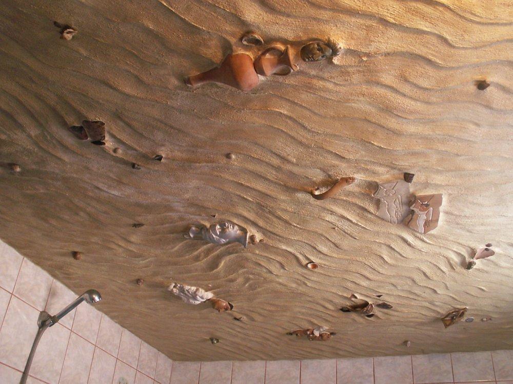 Потолок должен быть из безопасных материалов и легок в уходе