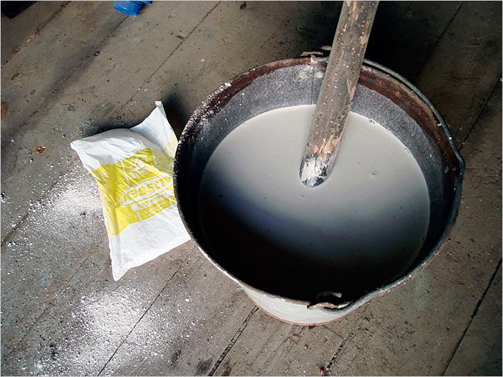 Приготовление мелового или известкового раствора для побелки потолка