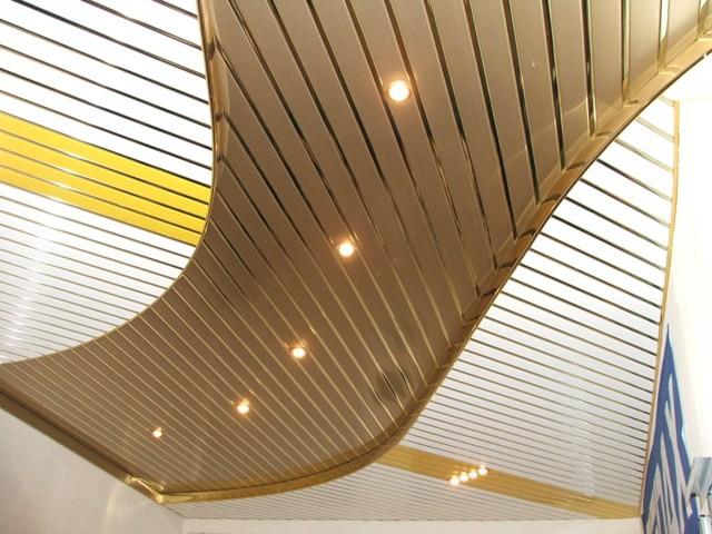 Реечный металлический потолок