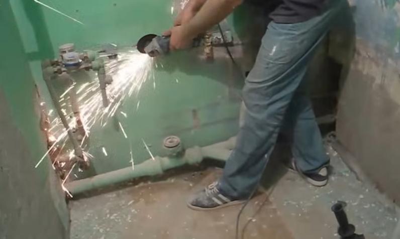 Срезание болгаркой закрепленной на стене арматуры