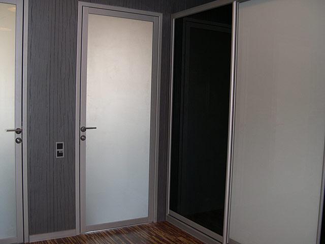 Стеклянная дверь с алюминиевым каркасом
