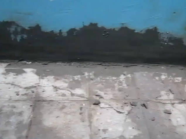 Стык пола и стены, нанесенный ремонтный раствор