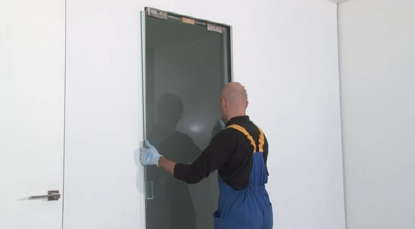 В одиночку устанавливать двери могут только опытные профессионалы