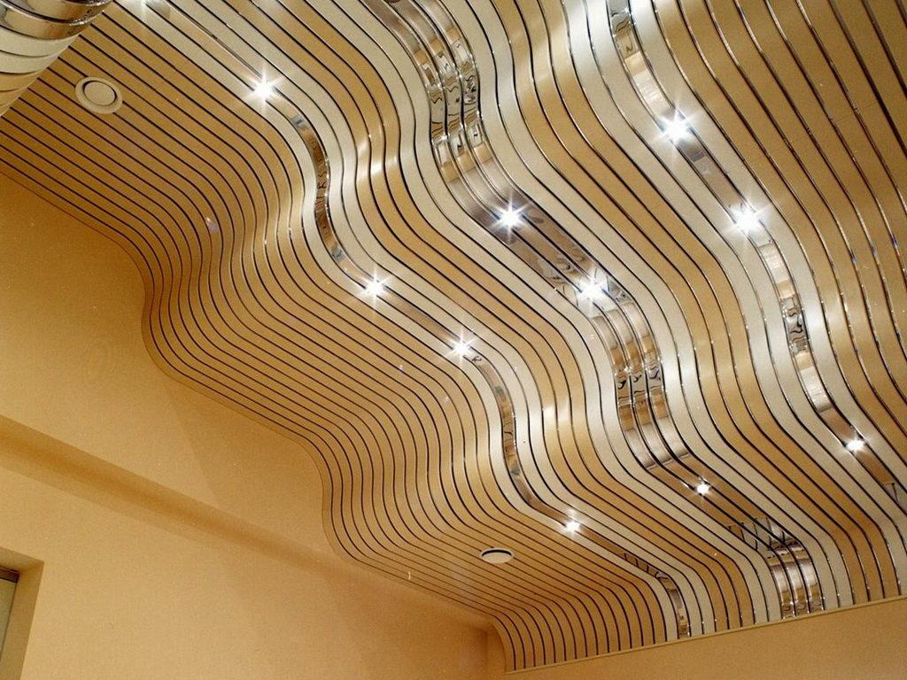 Волнистый реечный потолок