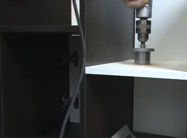 Сверление отверстия под вывод сифона через полку