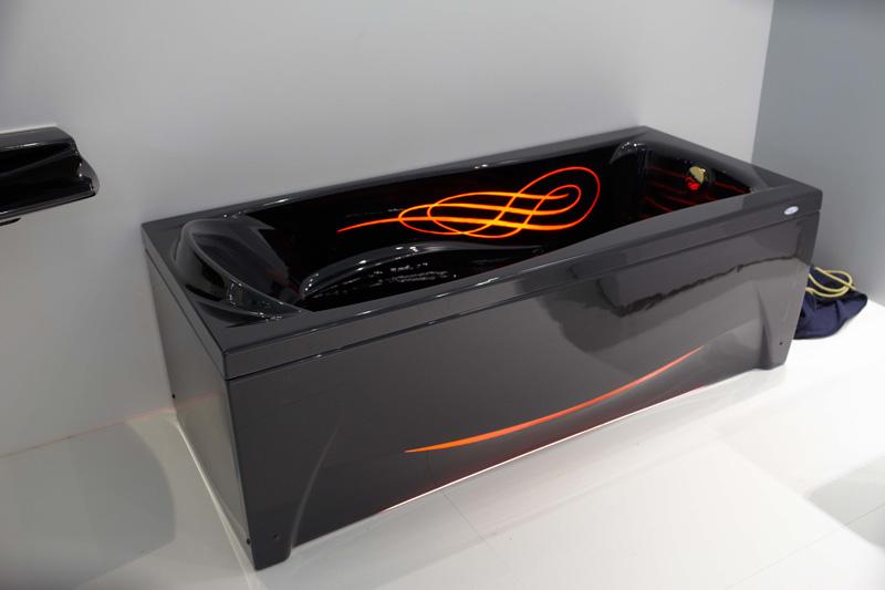 Черная акриловая ванна с рисунком