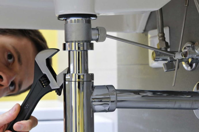 Инструменты могут оставить царапины на стенках сифона