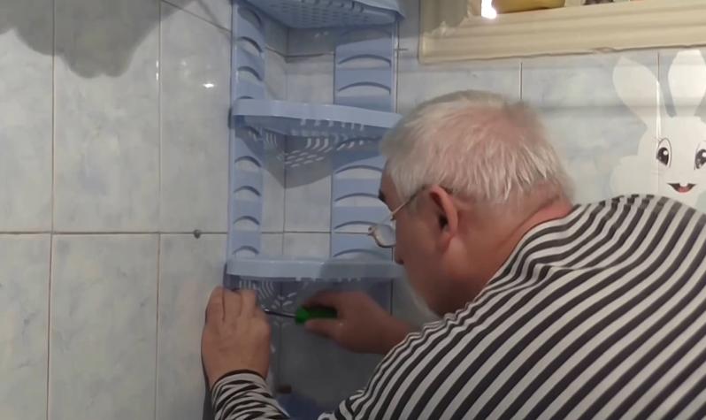 На фото мастер отверткой вкручивает винты в дюбели