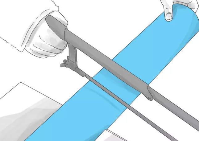 Начните распил, внимательно следя за процессом, чтобы ножовка не уходила от отметки, которую вы поставили на трубе изначально