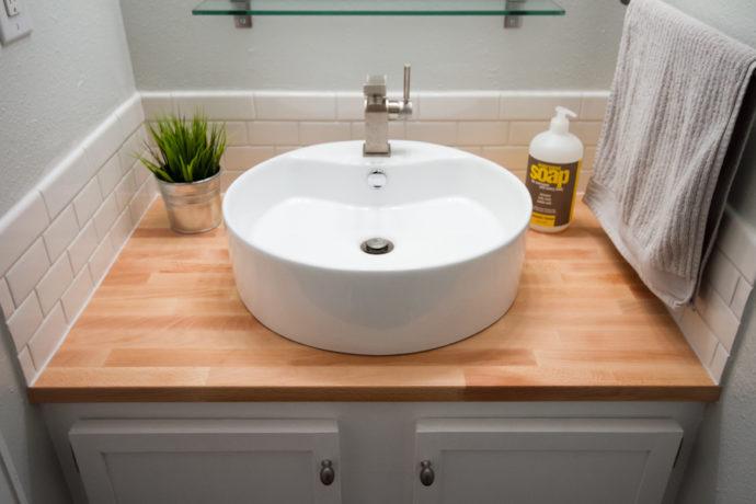 Раковина в ванную со столешницей и тумбой