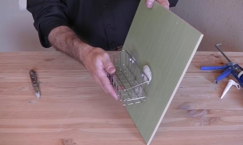 Присоски вставляют отверстия полки, конструкцию прижимают к подготовленной поверхности стены