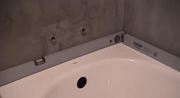 Проверка уровня установленной ванны