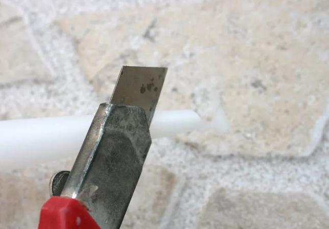 Срежьте кончик тубы с силиконом под углом 45 градусов