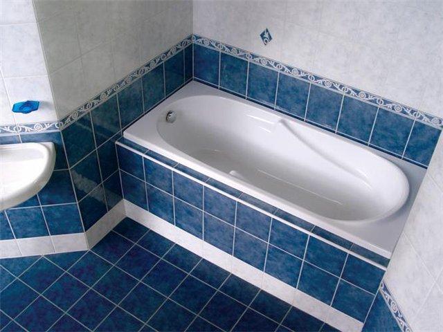 Экран должен герметично закрывать пространство под ванной