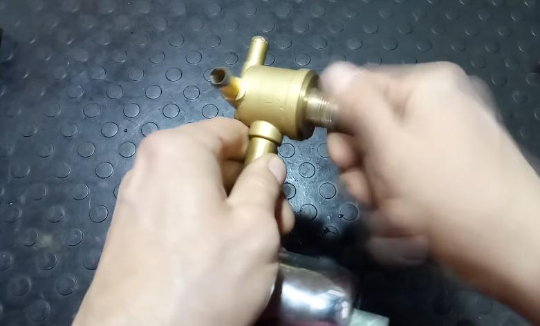 Надеваем уплотнительное кольцо и закручиваем металлические детали